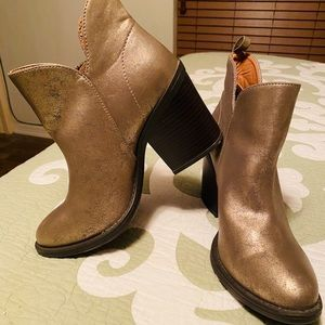 Grove stack heeled boots size 8 with side zippers
